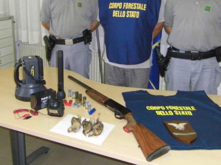 Il materiale di caccia sequestrato a Fano dal Corpo Forestale dello Stato