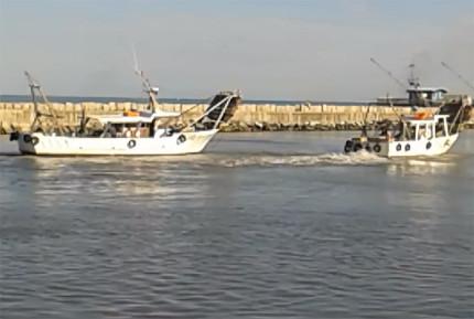Le barche rimaste bloccate nei fanghi del porto di Fano nella mattinata di venerdì 26 giugno