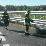 L'intervento in autostrada A14 per l'incendio di uno pneumatico nei pressi di Fano