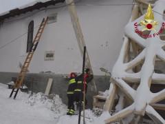 Un intervento dei Vigili del fuoco nelle zone terremotate ora nella morsa di freddo, gelo e neve