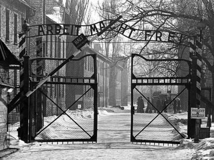 Il cancello del campo di concentramento di Auschwitz, Giornata della Memoria, 27 gennaio 1945