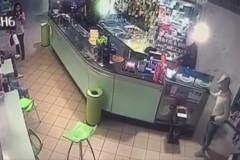 Le immagini della rapina al bar avvenuta a Civitanova Marche