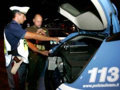 Posto di blocco della polizia per effettuare l'alcoltest, alcol alla guida, ubriachi al volante