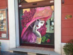 Una delle vetrine decorate a Fano