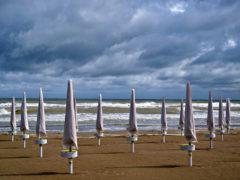 La spiaggia e gli ombrelloni chiusi per il maltempo sulle Marche