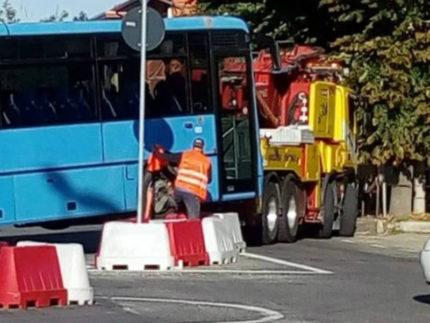 bus in panne finisce incastrato con il carroattrezzi