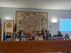 Bambini delle scuole elementari in visita presso l'aula consiliare di Pesaro