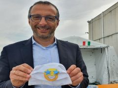 Il sindaco di Pesaro Ricci con le mascherine destinate ai bambini