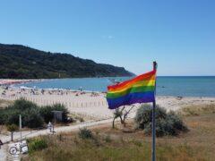 Bandiera arcobaleno issata a Baia Flaminia