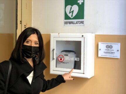 Mila Della Dora vicino al defibrillatore installato presso la Questura di Pesaro