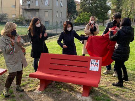 Nuova panchina rossa installata a Pesaro